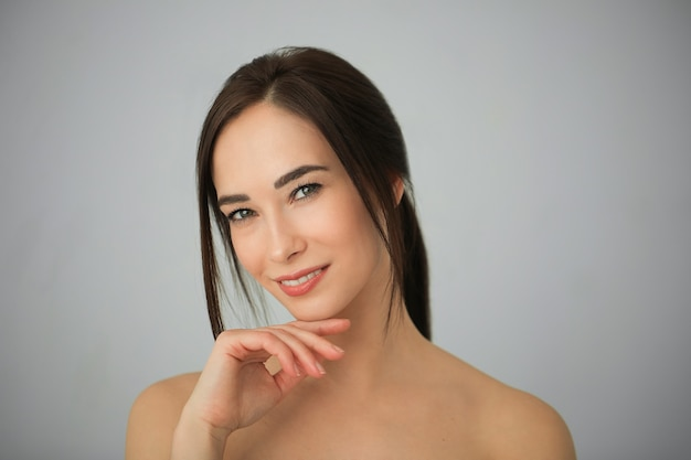 Retrato de uma mulher morena adulta com uma pele perfeita. conceito de cuidados com a pele