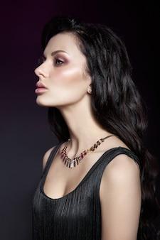 Retrato de uma mulher morena com um penteado chique e um colar no pescoço