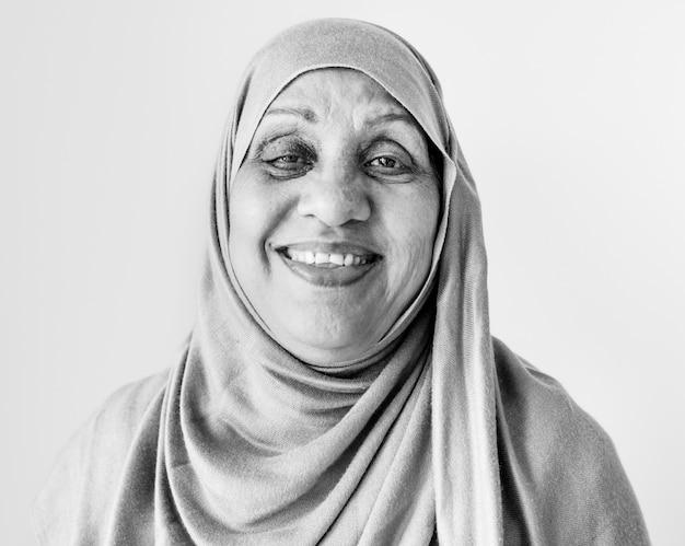 Retrato de uma mulher muçulmana sênior