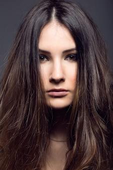 Retrato de uma mulher muito jovem posando na foto do estúdio.