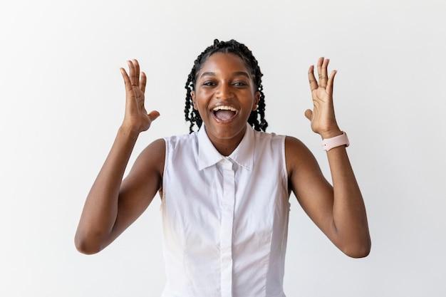 Retrato de uma mulher negra feliz em um estúdio