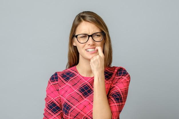 Retrato de uma mulher nervosa, roer as unhas