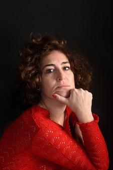 Retrato de uma mulher olhando para a câmera
