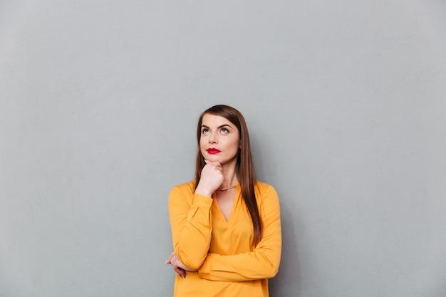 Retrato de uma mulher pensativa pensando