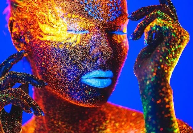 Retrato de uma mulher pintada em pó fluorescente.