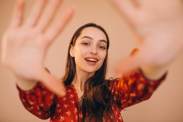 Retrato de uma mulher por trás das mãos feitas como moldura