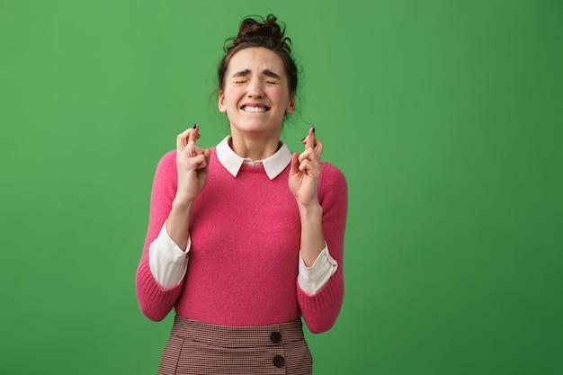 Retrato de uma mulher preocupada com os dedos cruzados