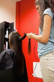 Retrato de uma mulher que alisa o cabelo
