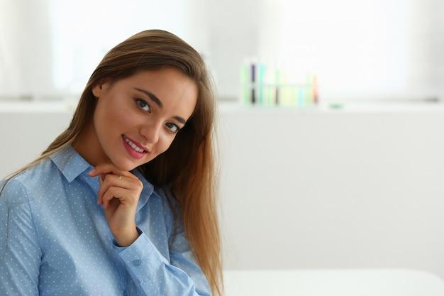 Retrato de uma mulher que posando na câmera