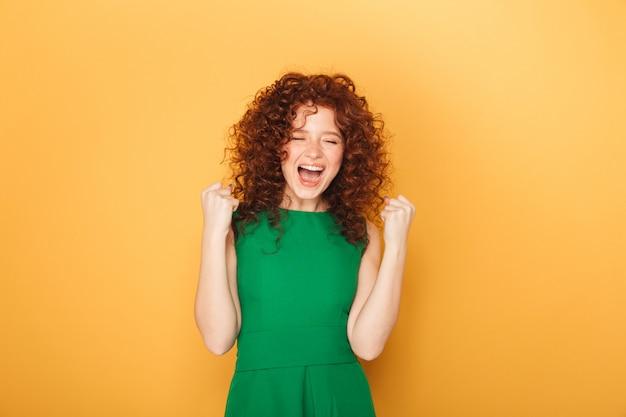 Retrato de uma mulher ruiva cacheada sorridente
