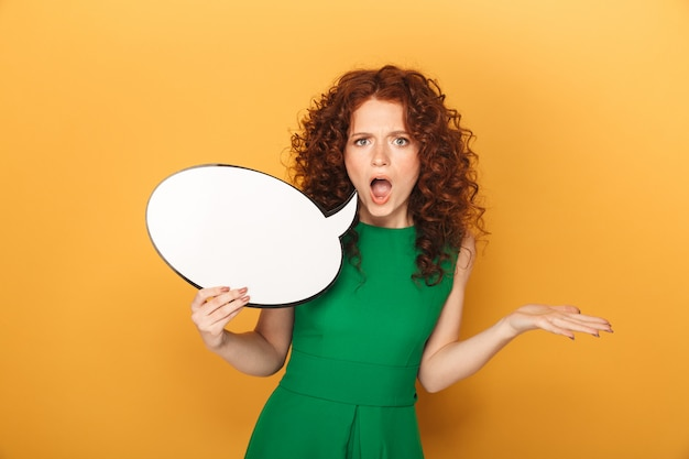 Retrato de uma mulher ruiva com raiva em um vestido