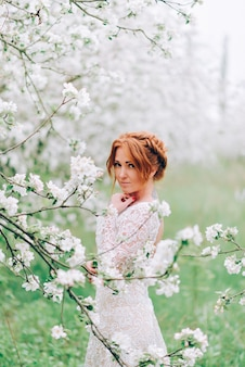 Retrato de uma mulher ruiva em flor branca