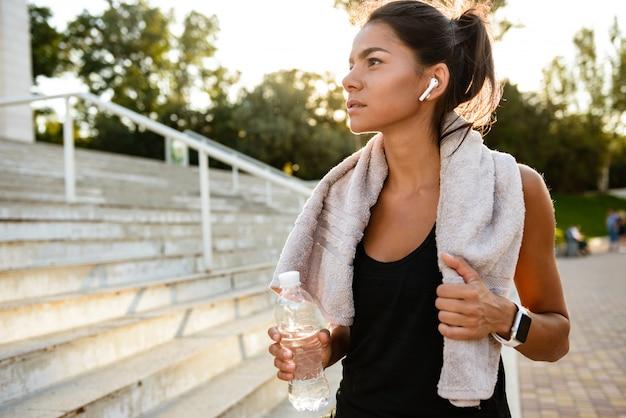 Retrato de uma mulher saudável fitness com toalha