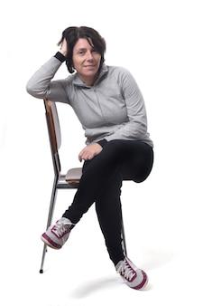 Retrato de uma mulher sentada em uma cadeira em fundo branco
