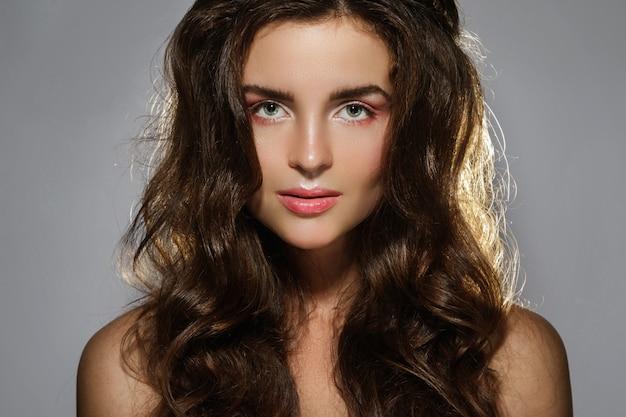 Retrato de uma mulher sexy com um lindo cabelo encaracolado