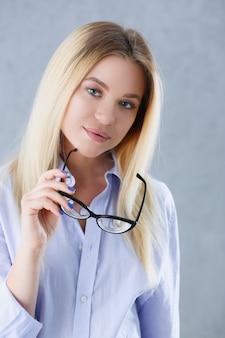 Retrato de uma mulher sexy na camisa de um homem de óculos