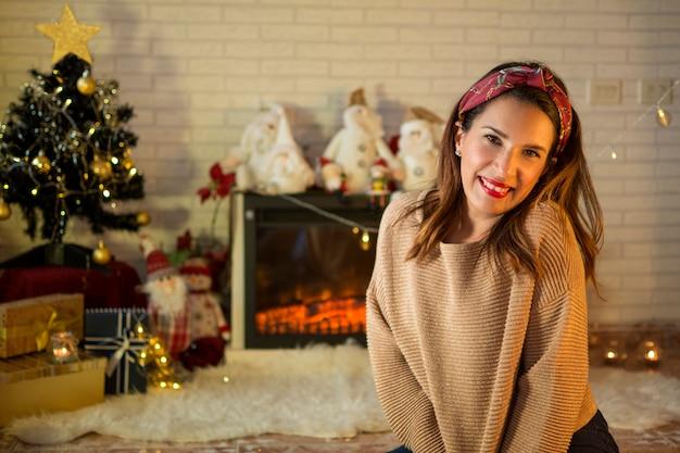 Retrato de uma mulher sorridente, animado com a chegada do natal