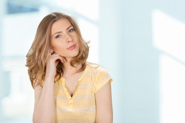 Retrato de uma mulher sorridente caucasiana atraente