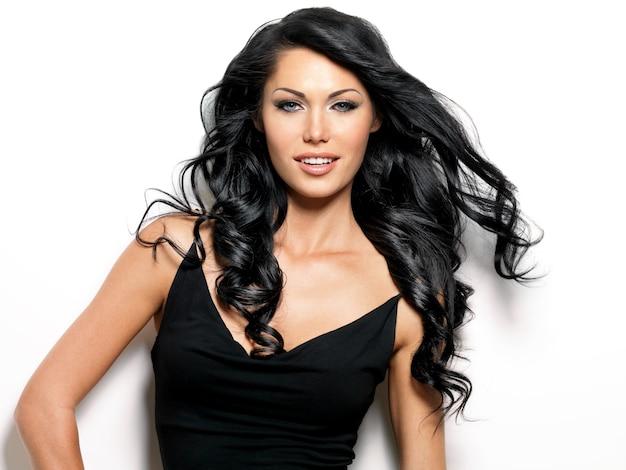 Retrato de uma mulher sorridente com cabelos castanhos compridos de beleza.