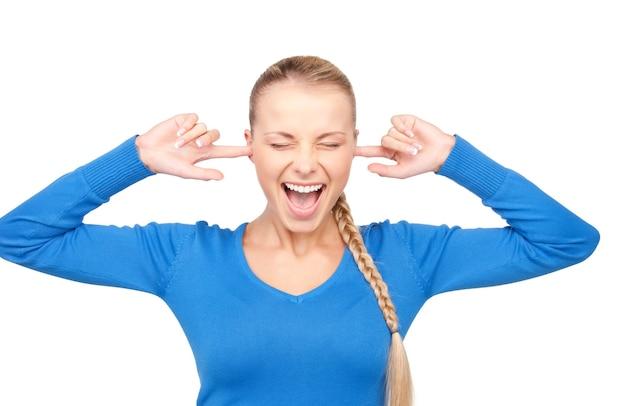 Retrato de uma mulher sorridente com os dedos nas orelhas