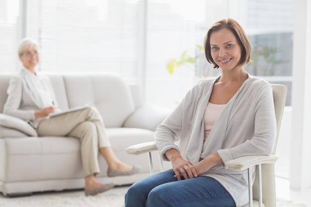 Retrato de uma mulher sorridente com terapeuta