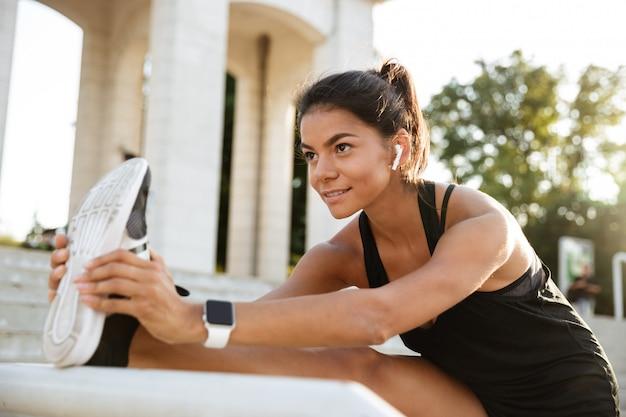 Retrato de uma mulher sorridente de fitness