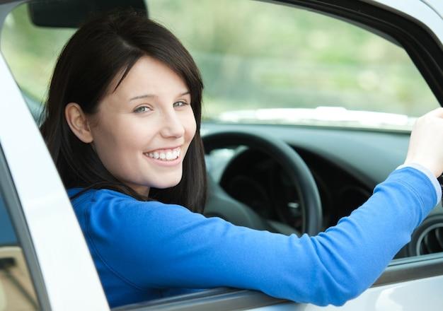 Retrato de uma mulher sorridente dirigindo