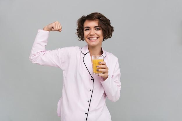 Retrato de uma mulher sorridente e saudável de pijama
