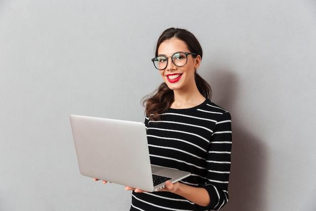 Retrato de uma mulher sorridente em óculos