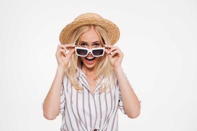 Retrato de uma mulher sorridente feliz olhando