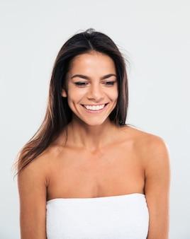 Retrato de uma mulher sorridente na toalha