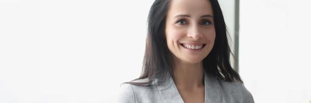 Retrato de uma mulher sorridente segurando o conceito de ajuda de consultores de negócios de tablet