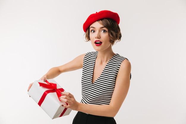 Retrato de uma mulher surpreendida usando boina vermelha