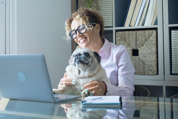 Retrato de uma mulher trabalhando em casa no computador