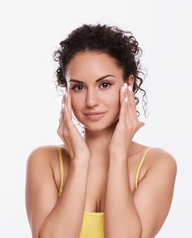 Retrato de uma mulher usando maquiagem