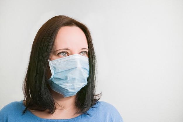 Retrato de uma mulher vestindo uma máscara protetora contra vírus