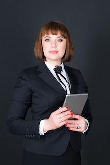 Retrato de uma mulher vestindo uma roupa elegante Foto Premium