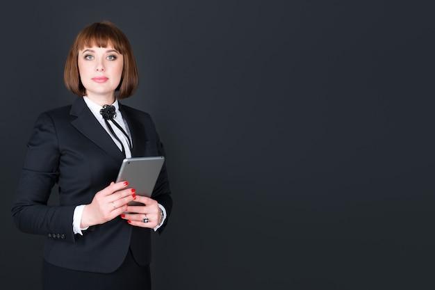 Retrato de uma mulher vestindo uma roupa elegante