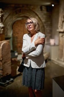 Retrato de uma mulher visitando um museu ou galeria de arte