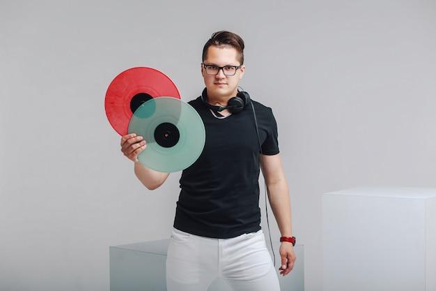 Retrato de uma música amante com discos de vinil nas mãos