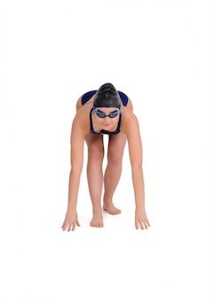 Retrato de uma nadadora se preparando para começar a nadar, contra o espaço em branco