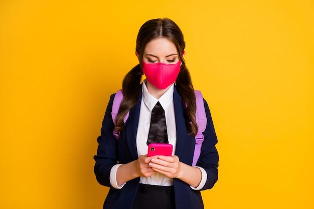 Retrato de uma namorada atraente segurando usando um dispositivo digital máscara de uso de telefone