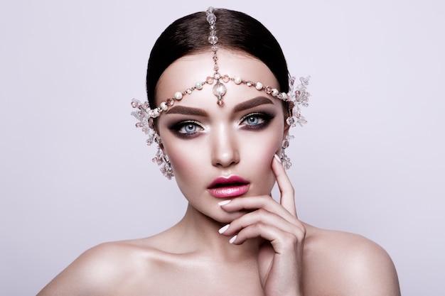 Retrato de uma noiva morena linda moda, doce e sensual. casamento maquiagem e cabelo. olhos azuis.