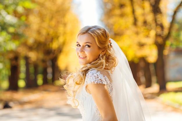 Retrato de uma noiva olhando para a câmera e se divertindo na autua