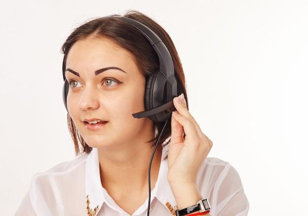 Retrato de uma operadora de telefone de suporte no fone de ouvido