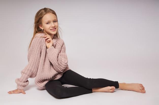 Retrato de uma pequena menina sorridente. emoções felizes