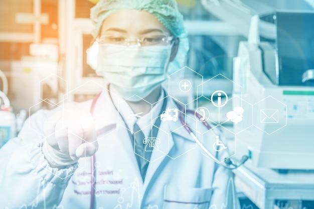 Retrato de uma pesquisadora trabalhando em um laboratório