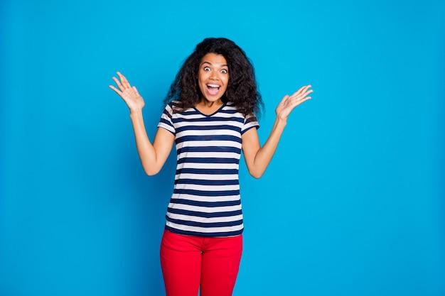 Retrato de uma senhora afro americana maluca impressionada na parede azul