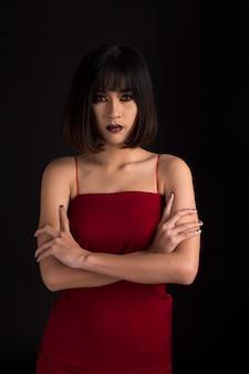 Retrato de uma senhora em tom escuro, mulher asiática em fundo preto