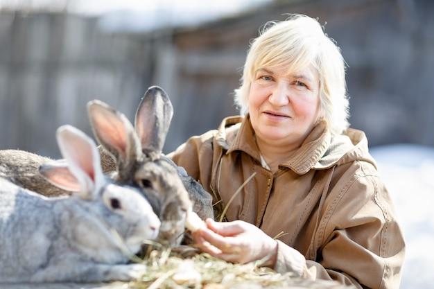 Retrato de uma senhora idosa com um coelho de estimação